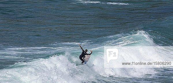 Surfer in der Bucht von Minou  Plouzané  Département Finistère  Frankreich  Europa
