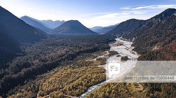 Luftaufnahme  natürliches Flussbett der oberen Isar  Wildflusslandschaft Isartal  Bayern  Deutschland  Europa