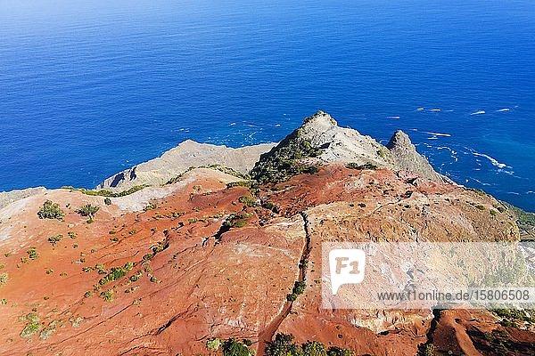 Erodierter Berghang mit roter Erde an der Küste  bei Agulo  Drohnenaufnahme  La Gomera  Kanaren  Spanien  Europa