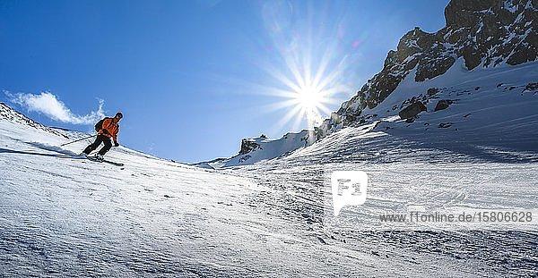 Skifahrer mit Tourenski fährt im Schnee  Skitour Geierspitze  Wattentaler Lizum  Tuxer Alpen  Tirol  Österreich  Europa