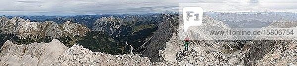 Frau steht auf Felsen und Blickt in die Landschaft  Blick von der Birkkarspitze  Karwendeltal  Tirol  Österreich  Europa