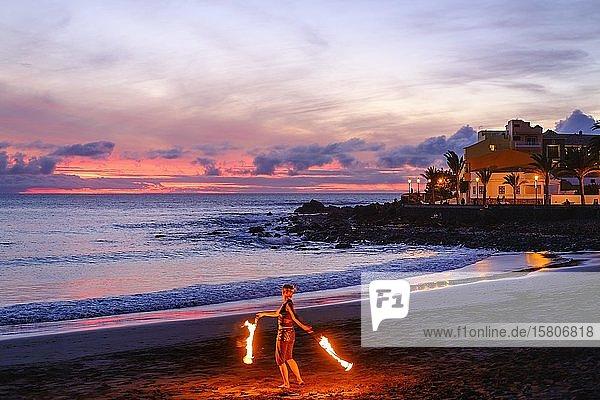 Frau mit Fackeln tanzt am Strand von La Playa bei Abenddämmerung  Valle Gran Rey  La Gomera  Kanaren  Spanien  Europa