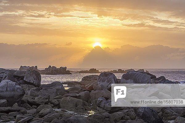 Granitfelsen bei Sonnenuntergang  Kerlouan  Département Finistère  Frankreich  Europa
