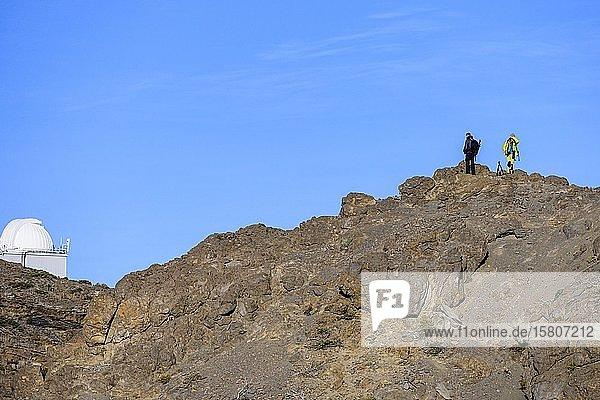 Wanderer auf dem Weg zum Roquede los Muchachos  La Palma  Kanaren  Spanien  Europa