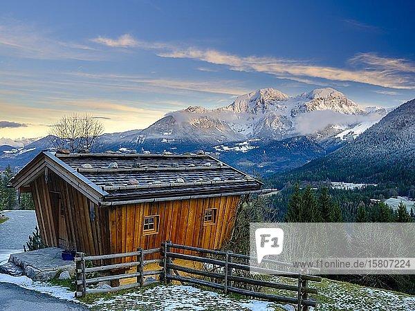 Traditionelle Holzhütte  dahinter der Gebirgsstock des Hohen Göll im Winter  Nationalpark Berchtesgaden  Schönau am Königssee  Berchtesgadener Land  Oberbayern  Bayern  Deutschland  Europa