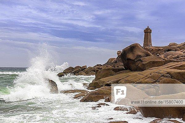 Leuchtturm Men Ruz bei stürmischer See  Ploumanac´h  Département Côtes-d?Armor  Frankreich  Europa
