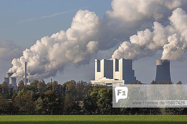 RWE Power AG  Kraftwerk Neurath  Braunkohlekraftwerk  dampfende Schlote  Kohleausstieg  Neurath  Rheinisches Braunkohlerevier  Nordrhein-Westfalen  Deutschland  Europa