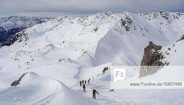 Skitourengeher im Schnee  aufstieg zu den Klammspitzen  hinten Mölser Sonnenspitze  Wattentaler Lizum  Tuxer Alpen  Tirol  Österreich  Europa