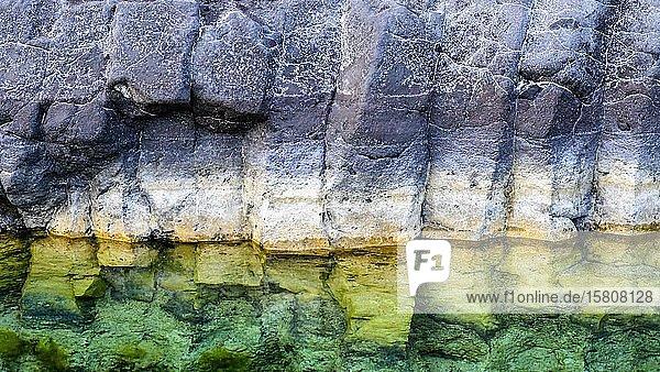 Zu Säulen geformte Basaltsteine an einer Steilküste am Atlantik  La Palma  Kanaren  Spanien  Europa