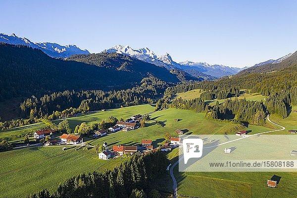Gerold bei Krün und Wettersteingebirge  Werdenfelser Land  Drohnenaufnahme  Oberbayern  Bayern  Deutschland  Europa