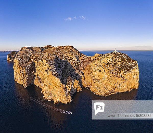 Cap Formentor mit Leuchtturm im Morgenlicht  Halbinsel Formentor  bei Pollença  Luftbild  Mallorca  Balearen  Spanien  Europa
