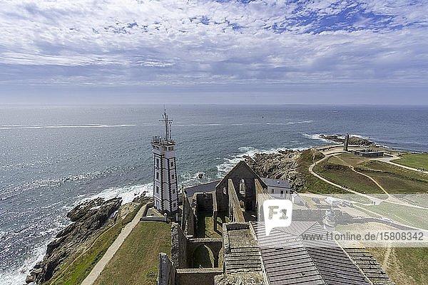 Blick vom Leuchtturm Saint Mathieu auf den militärischen Leuchtturm und die Abteiruine  Plougonvelin  Département Finistère  Frankreich  Europa