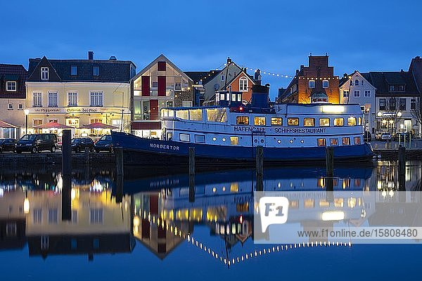 Schiffsrestaurant im Binnenhafen  Abenddämmerung  Husum  Nordfriesland  Schleswig-Holstein  Deutschland  Europa