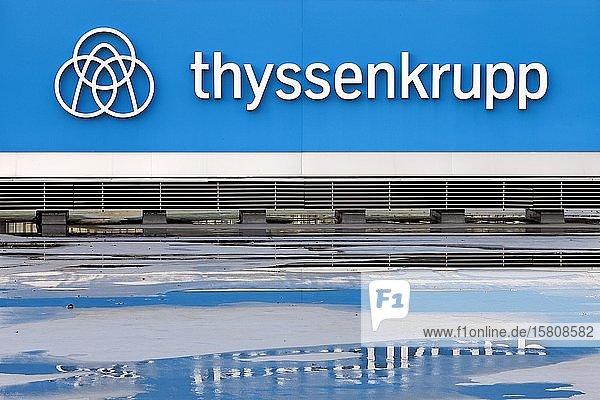 Schild mit Logo und Schiftzug an der Konzernzentrale von ThyssenKrupp  Essen  Ruhrgebiet  Nordrhein-Westfalen  Deutschland  Europa