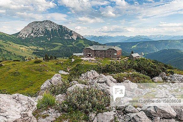 Ausblick auf die Hofpürglhütte mit Bergpanorama  Alpenverein Berghütte  Dachsteingebirge  Salzkammergut  Oberösterreich  Österreich  Europa