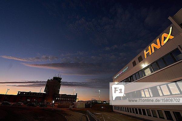 Terminal und Tower am Flughafen Hahn mit dem Schriftzug der chinesischen Betreiberfirma HNA  Rheinland-Pfalz  Deutschland  Europa