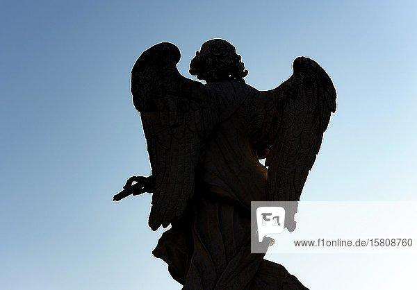 Silhouette einer Engelsfigur  Ponte Sant'Angelo-Brücke  Rom  Italien  Europa