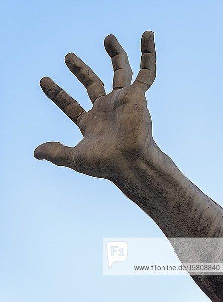 Detail  Hand  Skulptur am Vierströmebrunnen  Fontana dei Quattro Fiumi  Piazza Navona  Rom  Italien  Europa