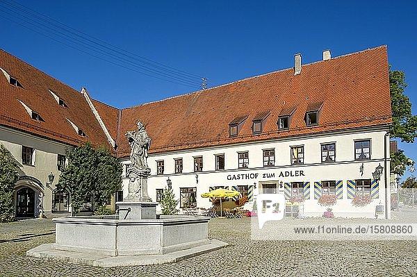 Gasthof zum Adler  ehemaliger herrschaftlicher Zehentstadel  Brunnen mit Denkmal Heiliger Johannes von Nepomuk  Marktplatz  Kirchheim in Schwaben  Schwaben  Bayern  Deutschland  Europa