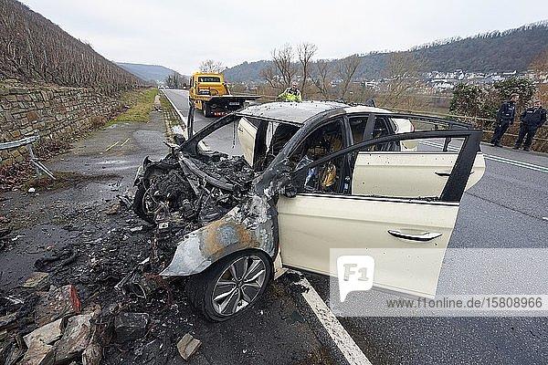 Verkehrsunfall auf der Bundesstraße 49 mit ausgebranntem Auto  Niederfell  Rheinland-Pfalz  Deutschland  Europa