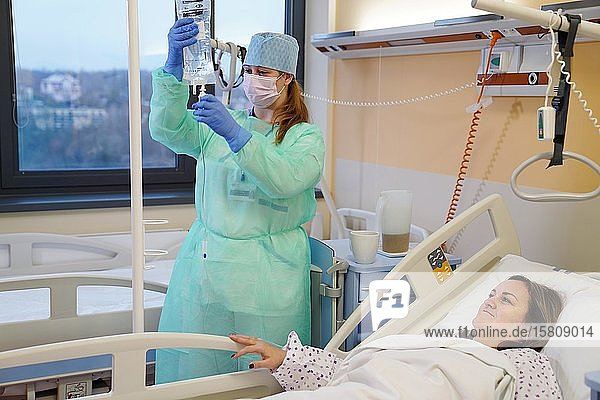 Krankenschwester an der Infektionsstation im Krankenhaus  das Infusion hält  Karlovy Vary  Tschechien  Europa