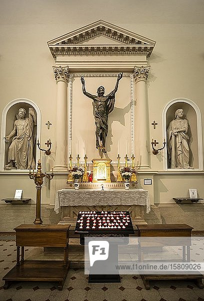 Seitenaltar mit brennenden Opferkerzen  Basilika San Marino  Innenaufnahme  San Marino Stadt  San Marino  Italien  Europa