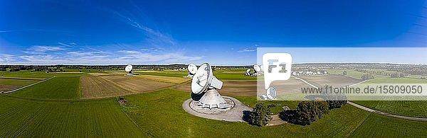 Große Parabolantennen der Erdfunkstelle Raisting  Bayern  Deutschland  Europa