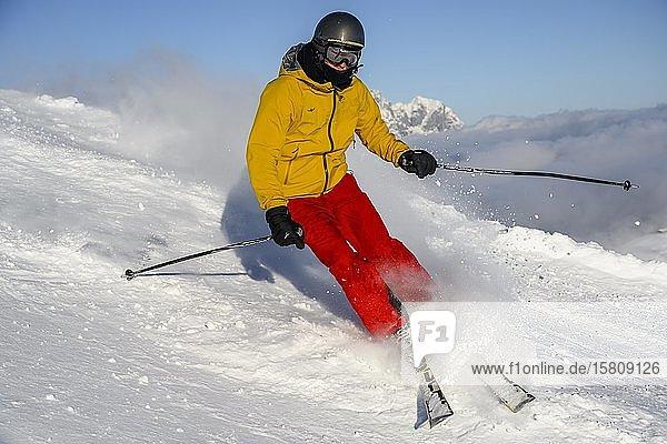 Skifahrer  Abfahrt Hohe Salve  SkiWelt Wilder Kaiser Brixenthal  Hochbrixen  Tirol  Österreich  Europa