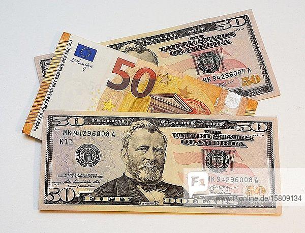 Zwei 50-Dollar- und eine 50-Euro-Banknote