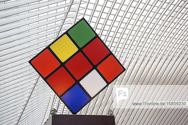 Großer Rubik-Würfel im Bahnhof von Lüttich  Gare de Liège-Guillemins  Lüttich  Wallonische Region  Belgien  Europa