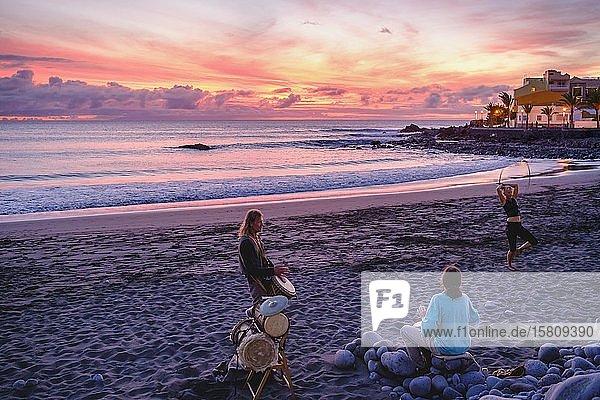 Trommler am Strand von La Playa bei Abenddämmerung  Valle Gran Rey  La Gomera  Kanaren  Spanien  Europa