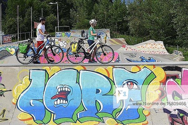 Cyclists at the Skaterpark am Innradweg  Wörgl  Kitzbühel Alps  Tyrol  Austria  Europe