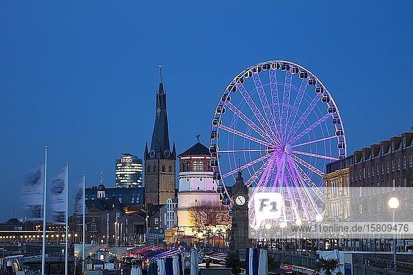 Burgplatz mit St. Lambertus Kirche  Schlossturm und Riesenrad  Nachtaufnahme  Düsseldorf  Nordrhein-Westfalen  Deutschland  Europa