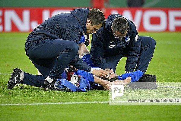 Betreuer versorgen Havard Nordtveit TSG 1899 Hoffenheim verletzt  blutende Kopfwunde  Allianz Arena  München  Bayern  Deutschland  Europa