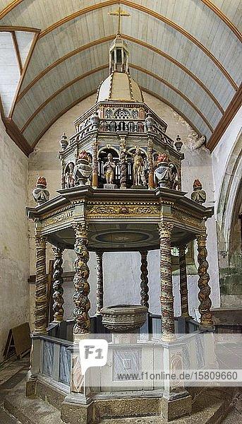 Taufbrunnen in der Barockkirche von  Lampaul-Guimiliau  Département Finistère  Frankreich  Europa
