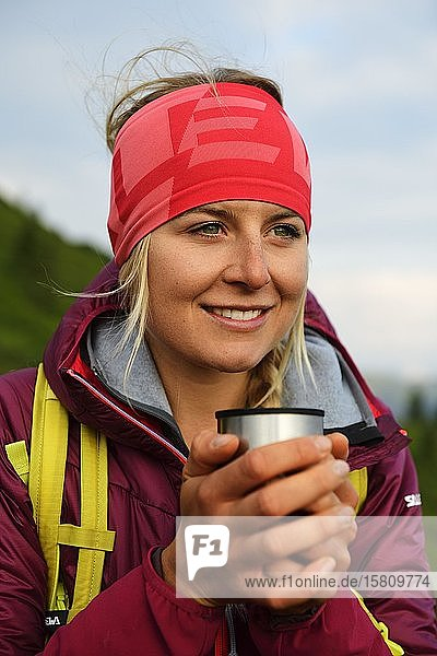 Wanderin bei der Teepause am Feldalphorn  Kelchsau  Kitzbüheler Alpen  Tirol  Österreich  Europa Wanderin bei der Teepause am Feldalphorn, Kelchsau, Kitzbüheler Alpen, Tirol, Österreich, Europa