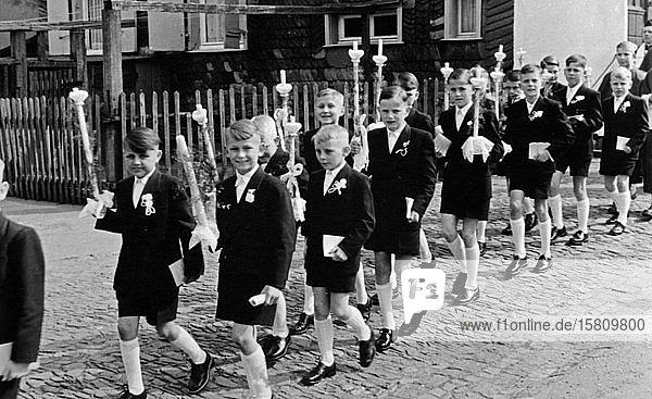 Kommunion  Kinder mit ihren Kerzen  1954  Arnsberg  Westfalen  Deutschland  Europa