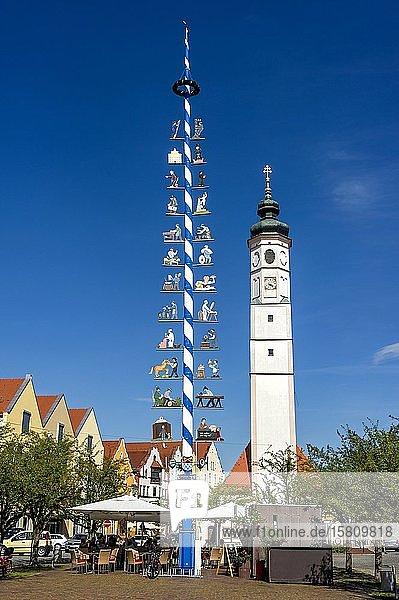 Maibaum und Glockenturm der Marktkirche St. Veit  Marienplatz  Marktplatz  Dorfen  Oberbayern  Bayern  Deutschland  Europa