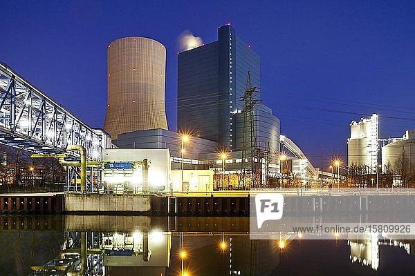 Steinkohlekraftwerk Datteln mit Block 4 am Datteln-Hamm-Kanal am Abend  Kohleausstieg  Datteln  Ruhrgebiet  Nordrhein-Westfalen  Deutschland  Europa