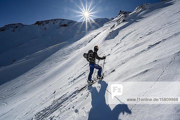 Skitourengeher im steilen Gelände  Aufstieg zur Geierspitze  Wattentaler Lizum  Tuxer Alpen  Tirol  Österreich  Europa