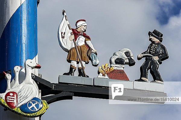 Zunftzeichen am Maibaum  symbolhafte Darstellung der Berufe Feuerwehrmann und Kaminkehrer  Haag in Oberbayern  Oberbayern  Bayern  Deutschland  Europa