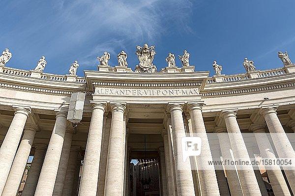 Eingang zum Petersplatz mit Heiligenstatuen  Vatikan  Rom  Italien  Europa