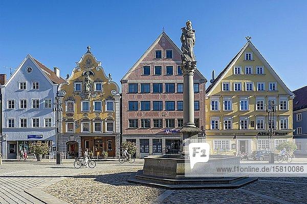Bürgerhäuser mit barockem Jocham-Haus und Hotel Gasthof Alte Post  Marienbrunnen mit Mariensäule  Marienplatz  Altstadt  Mindelheim  Schwaben  Bayern  Deutschland  Europa