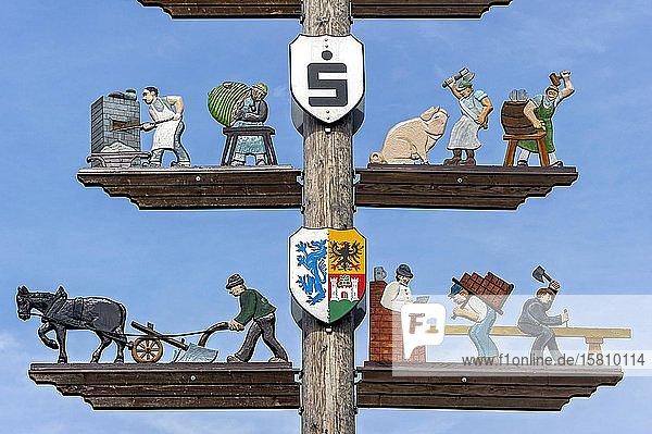 Maibaum mit geschnitzen Zunftzeichen  Obing  Chiemgau  Oberbayern  Bayern  Deutschland  Europa