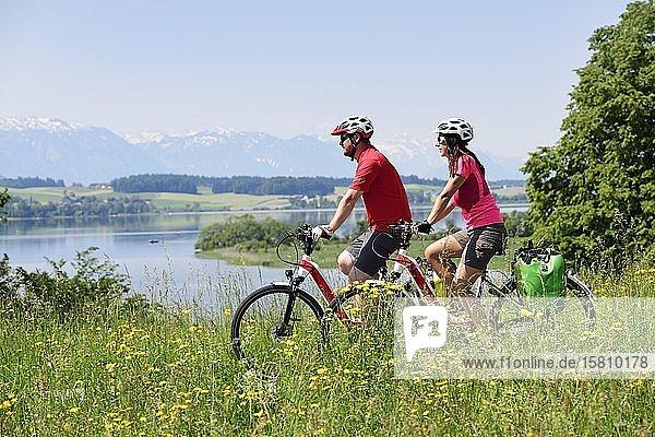 Paar mit E-Bikes oberhalb des Wallersees bei Weng  Salzburger Seenland  Salzburger Land  Österreich  Europa