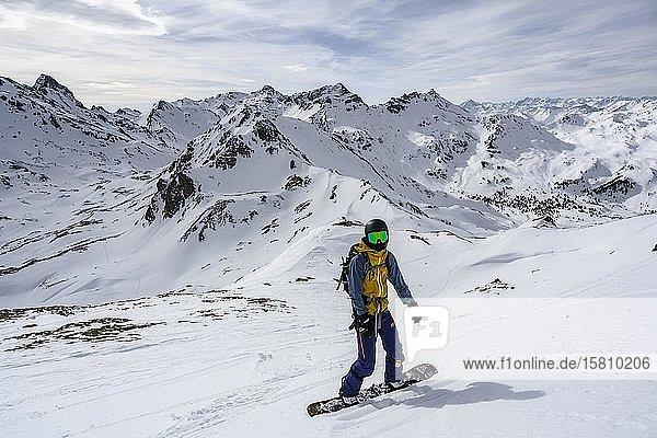 Skitourengeher im mit Splitboard bei der Abfahrt  Wattentaler Lizum  Tuxer Alpen  Tirol  Österreich  Europa