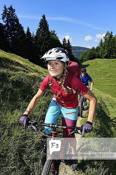 Mountainbiker auf dem Möslalmkogel  Wörgl Kitzbüheler Alpen  Tirol  Österreich  Europa