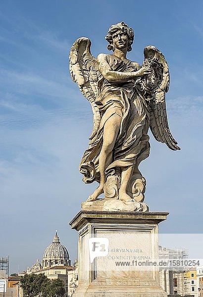 Engelsfigur und Petersdom  Ponte Sant'Angelo-Brücke  Rom  Italien  Europa