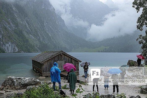 Obersee im Regen mit Touristengruppe  Berchtesgaden  Oberbayern  Bayern  Deutschland  Europa
