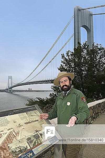 Park ranger in Fort Wadsworth explains the Verrazzano-Narrows-Bridge  Staten Island  New York City  New York State  USA  North America